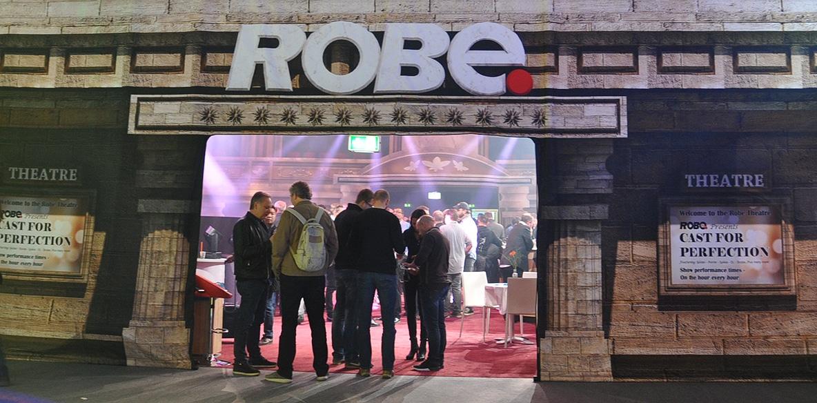 ROBEs Live-Entertainment-Show in einem interaktiven Kino-Saal
